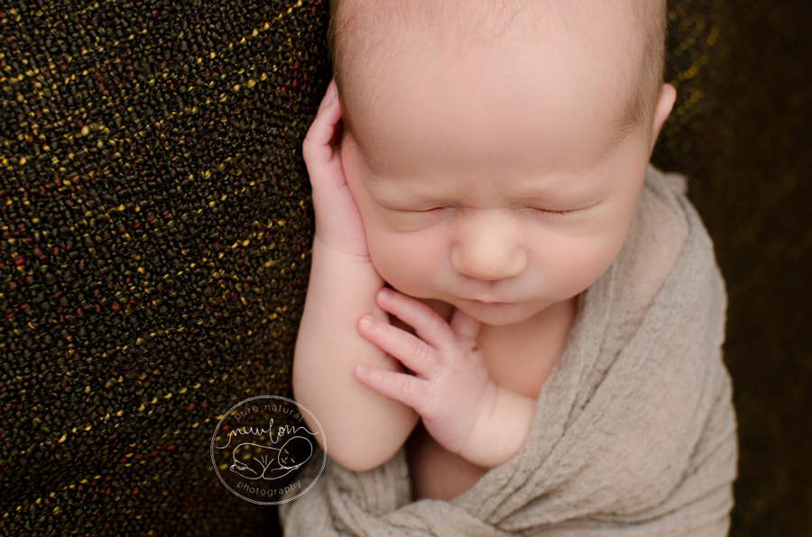 gatineau-ottawa-newborn-photography-baby-felix-brown-dollypriss-cheesecloth-wrap-macro-face