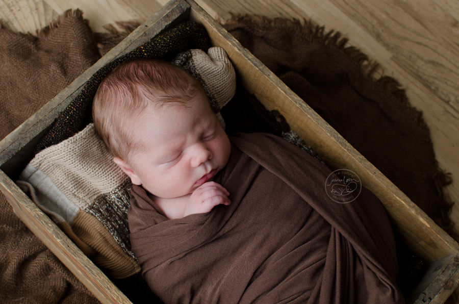 newborn-photos-ottawa-asher-wood-crate-brown-quilt-blanket-sleeping-baby-4914